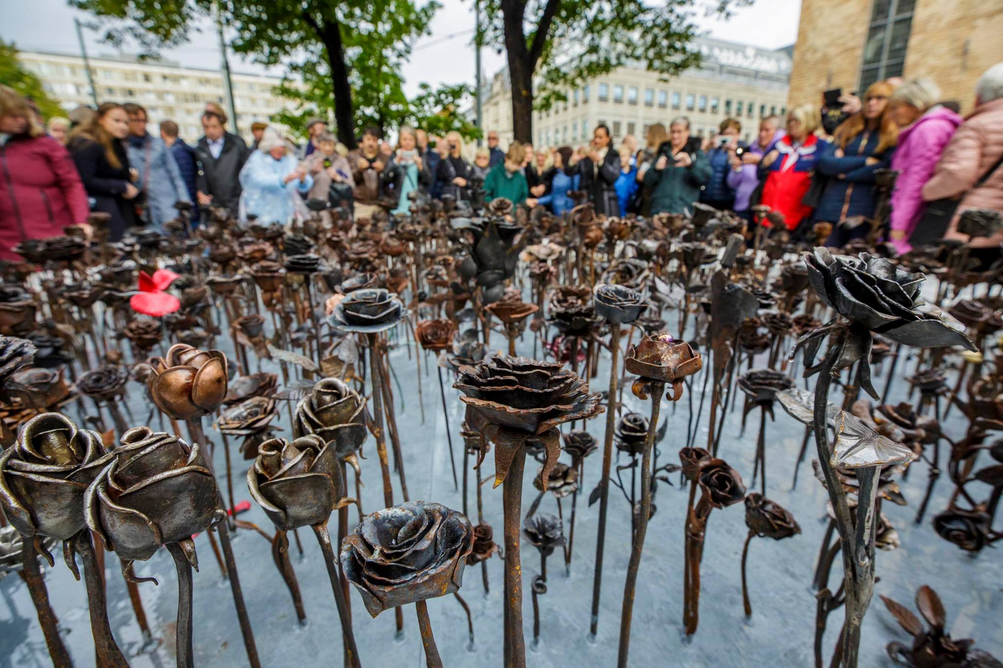 Inauguration du mémorial des 'Roses de fer' à Oslo