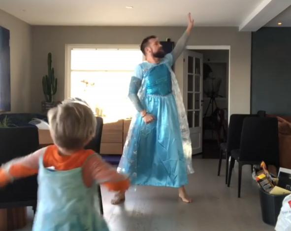 La vidéo d'un comédien et son fils déguisés en reine des neiges fait le tour du monde