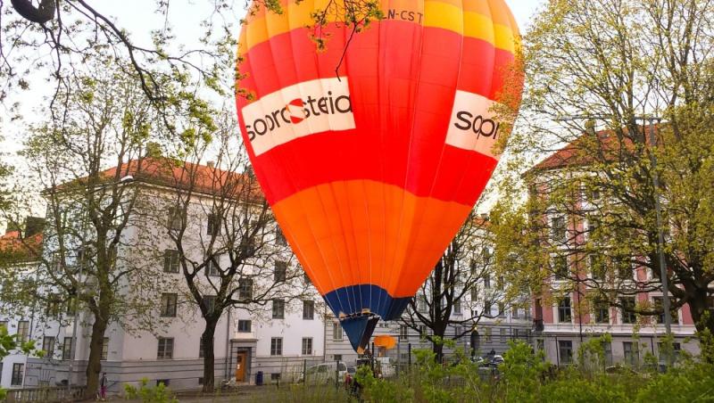 Une montgolfière atterrit en plein centre d'Oslo