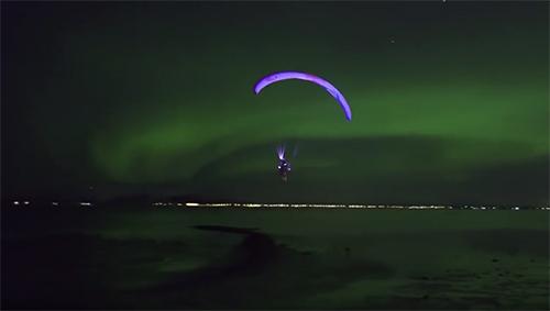 Un parapentiste 'danse' avec les aurores boréales en Norvège