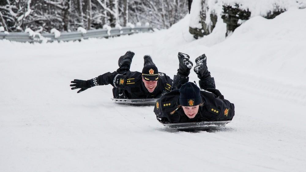 Des policiers norvégiens utilisent leur bouclier pour faire de la luge ... et la vidéo fait le tour du monde !