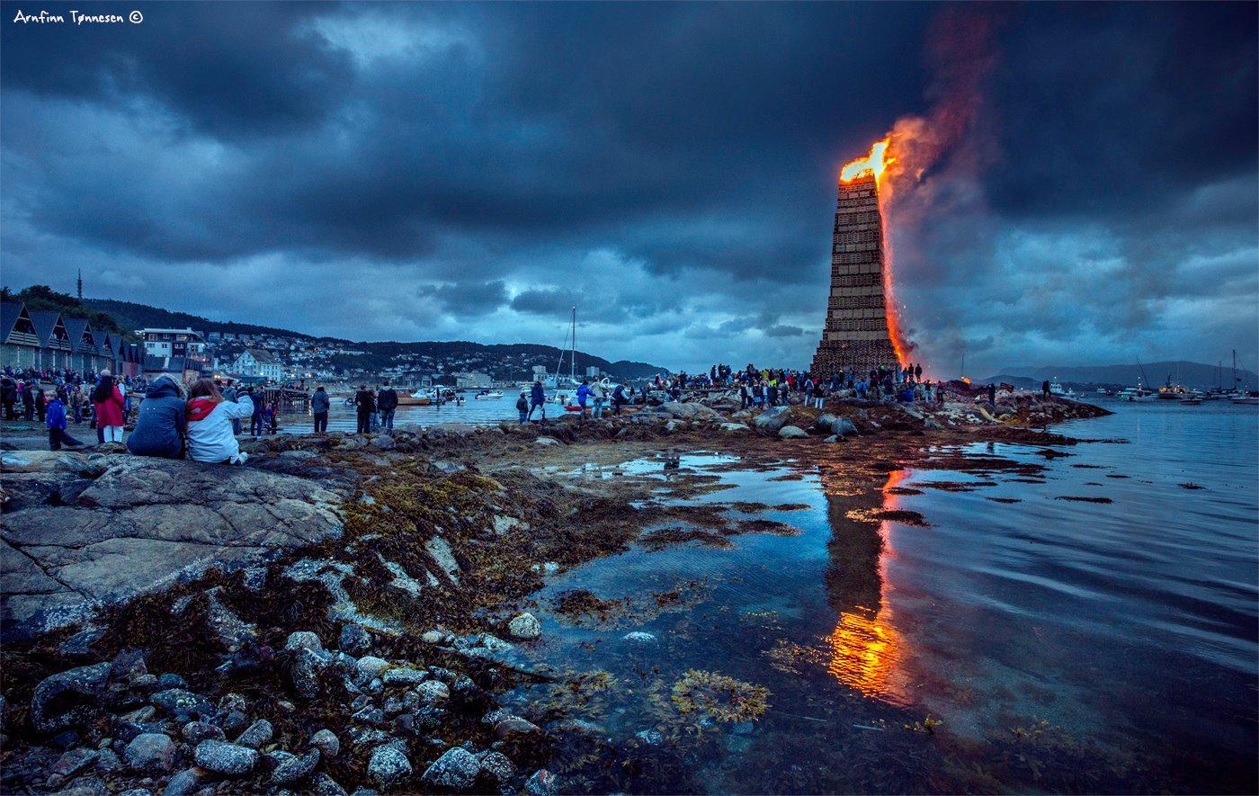À la Saint-Jean, la ville norvégienne Ålesund s'embrase