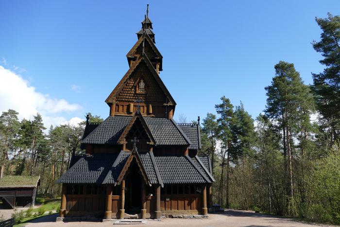 Les églises en bois debout (ou stavkirke)