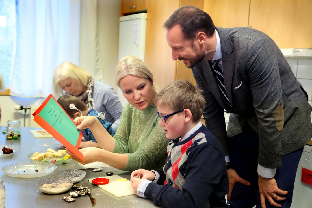 La Princesse Mette-Marit et le Prince Haakon apportent leur soutien avant Noël